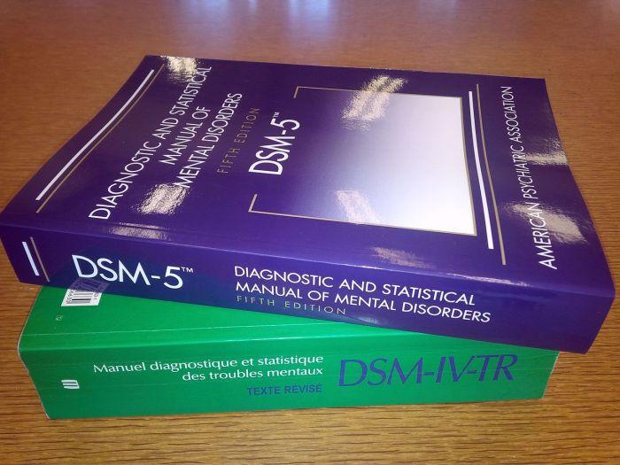 1280px-DSM-5_&_DSM-IV-TR - copia