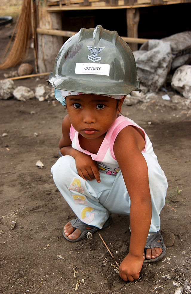 US_Navy_070216-N-4198C-007_A_four-year-old_Filipino_girl_from_the_village_of_Changco,_looks_on_as_Seabees_assigned_to_Naval_Mobile_Construction_Battalion_(NMCB)_3_work_on_the_construction_of_a_ne